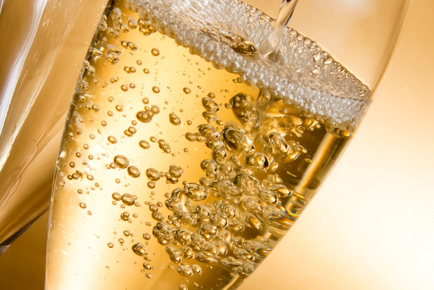 Champagne trade body seeks to put cork in wine critic